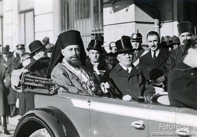 Mitropolitul Visarion Puiu şi Alexandru Lapedatu, ministrul cultelor în automobilul care îi transportă către catedrala mitropolitană