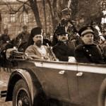14 Visarion Puiu si Ion Nistor spre Palatul Mitropolitan 1918 - Basarabia-Bucovina.Info
