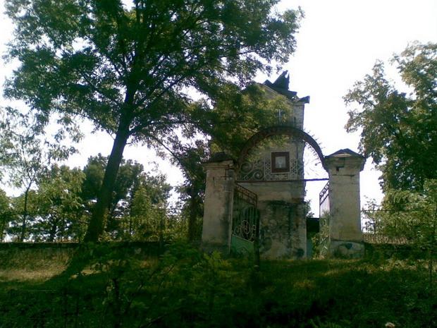 3 Satul Napadeni - Intrarea in Cimitir cu turla vechii Biserici - Pr ziarist Grigore Constantinescu - Glasul Basarabiei - Basarabia-Bucovina.Info