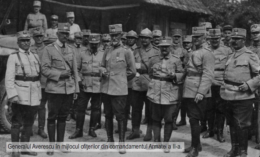Generalul Alexandru Averescu in mijlocul ofiterilor din comandamentul Armatei a II-a