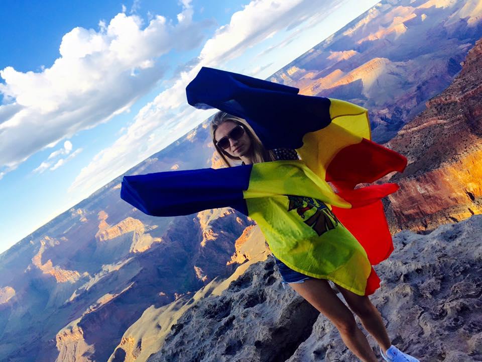 Irina Gotisan cu steagurile Romaniei la Grand Canyon National Park