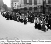 In genunchi pentru Basarabia si Bucovina. Fotografii de Willy Pragher din 22 iunie 1941